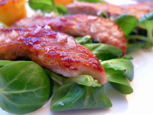 Una vez tengamos la carne y la hecha repartimos en los platos con un poco de ensalada.