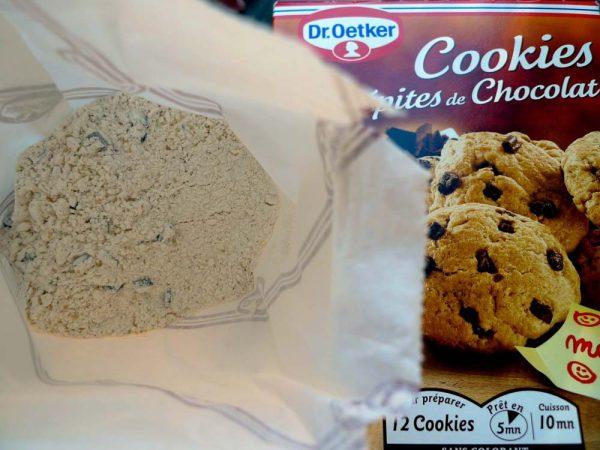 Para preparar la receta de cookies con pepitas de chocolate de la marca Dr.Oetker sólo tenemos que echar el interior del envase en un bol amplio, añadir un huevo y 50 gr de mantequilla.