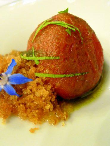 Tomate escarchado con tierra caliza, pesto y hojas tiernas de Alliaria de rio.