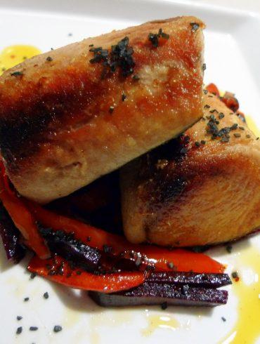 Receta de bonito con verduras salteadas