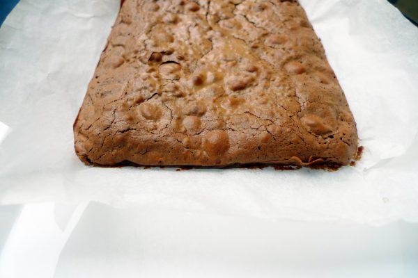 Cortamos en porciones y ya tendremos listo nuestro brownie de chocolate para degustarlo cuando más nos apetezca.