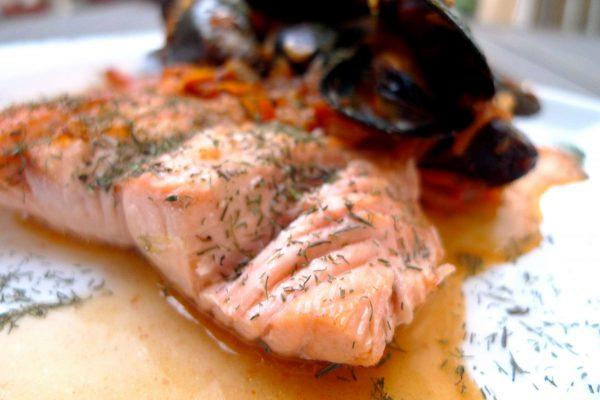 Salmón a la plancha en salsa con mejillones