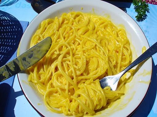 Espaguetis a la crema de azafrán