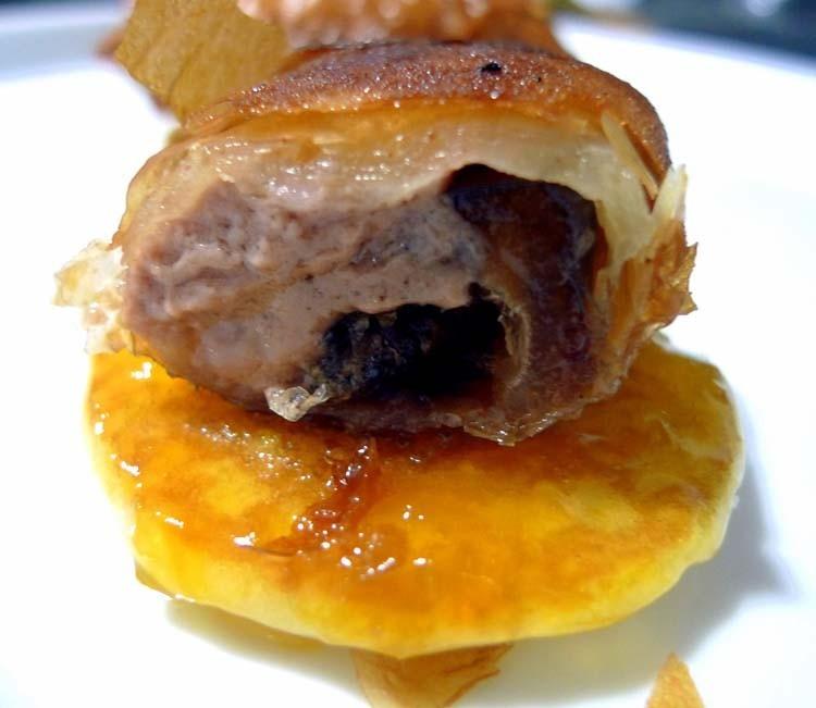 Saquitos de pasta filo rellenos de foie y dátiles sobre blinis y mermelada