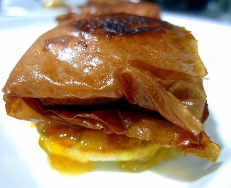 Saquitos de pasta filo rellenos de foie y dátiles sobre blinis