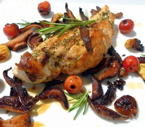 Pechuga de pollo con níscalos, acerolas y castañas