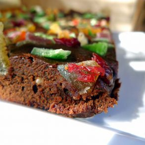 Brownie de chocolate con frutas deshidratadas