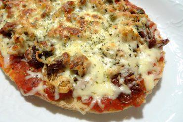 Bruschetta de pollo y queso mozzarela