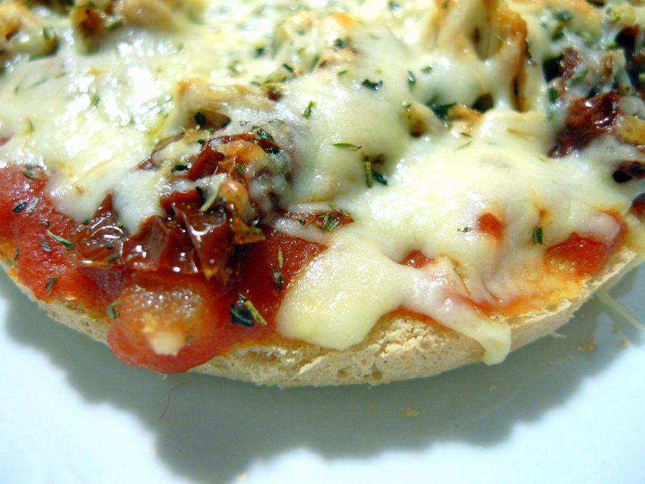 Bruschetta de pollo y queso mozzarella