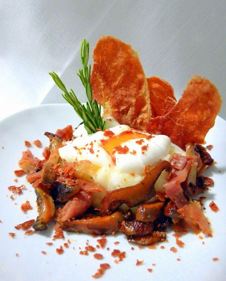 Nido de patata con huevo pochado, níscalos con jamón navidul en texturas, frito y deshidratado