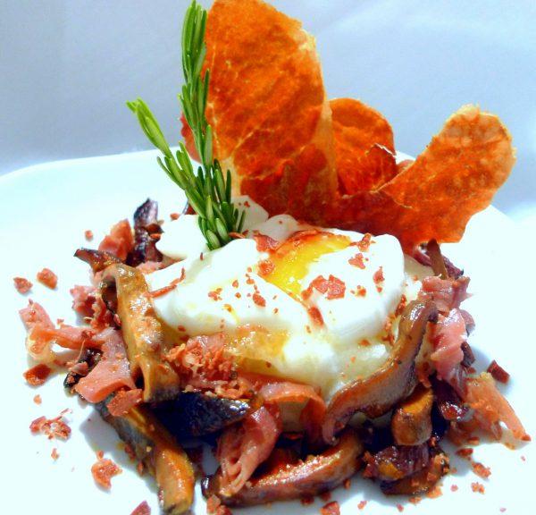 Huevo pochado con patatas, setas y jamón