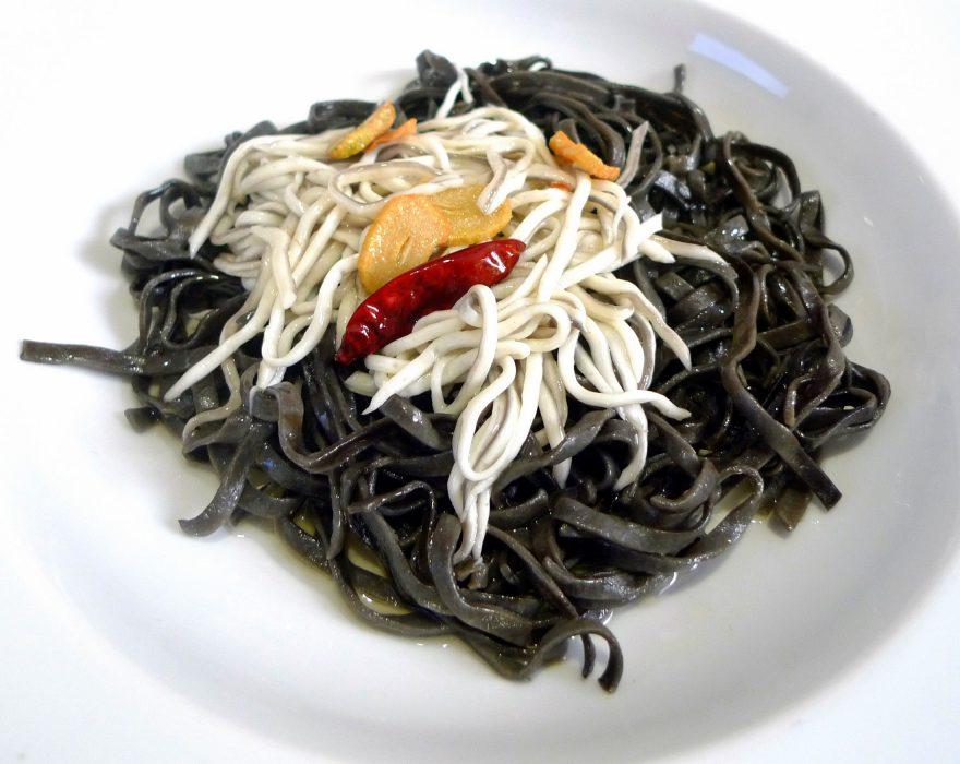 Tallarines negros con gulas al ajillo