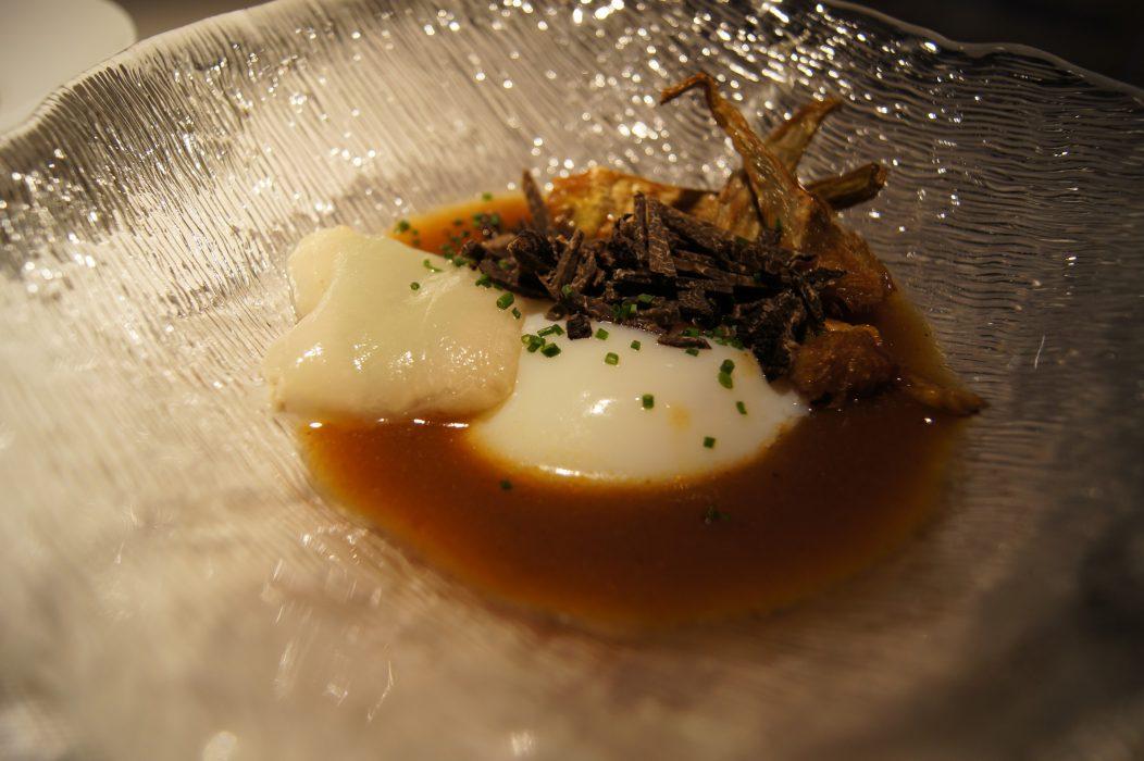 Restaurante Dámaso- Reducción de sopa castellana, huevo pochado, ravioli de queso y trufa con alcachofa a la plancha