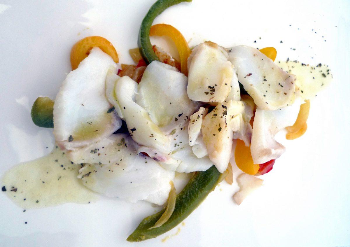 Ensalada de bacalo Skrei, con pimientos asados y su pil pil