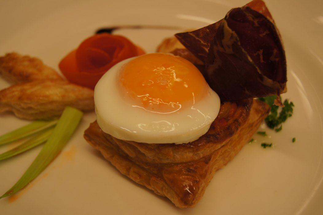 Hojaldre con pisto, huevo y Jamón ahumado