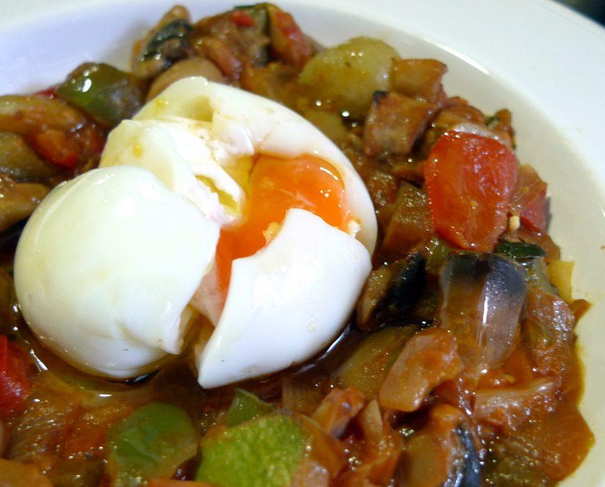 Fritada de verduras y huevo poché