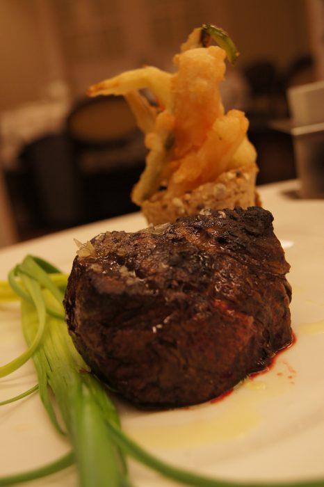 Solomillo de potro con tempura de verduras y pan de especias es algo delicioso