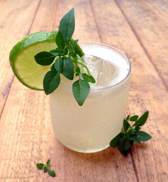 C ctel de ginebra lima lim n y albahaca for Coctel con zumo de tomate
