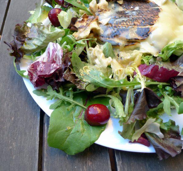 Ensalada de cerezas con queso brie a la plancha