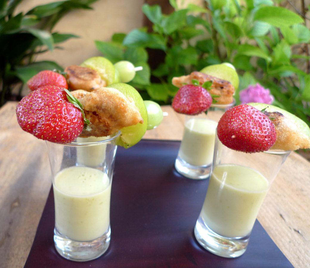 Crema de pepino y ciruelas con brocheta de frutas