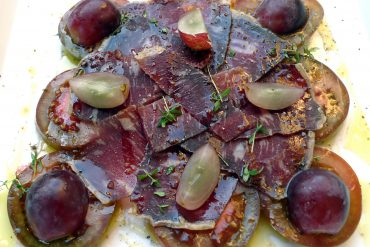 Ensalada de kumato, cecina y uvas 1