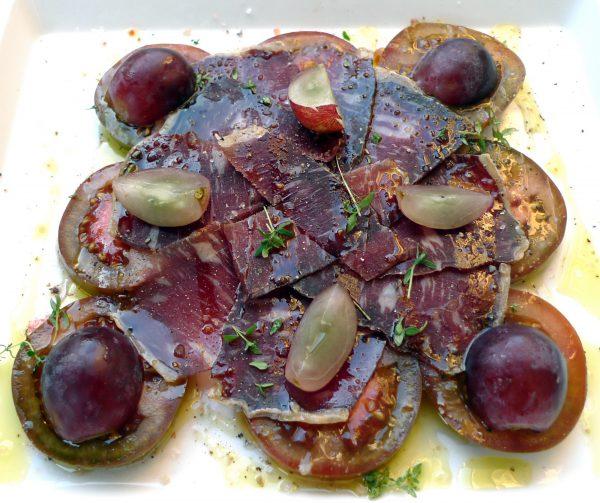 Ensalada de cecina, kumato y uvas