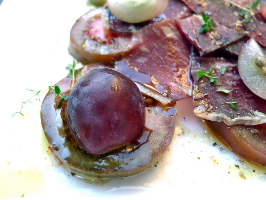 Ensalada de kumato, cecina y uvas