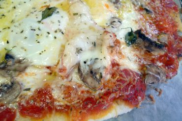 Pizza de champiñones, pollo y huevo 3