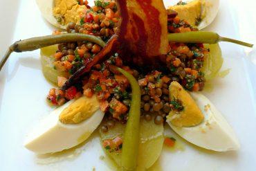 Ensalada de lentejas con huevo y tocineta 2