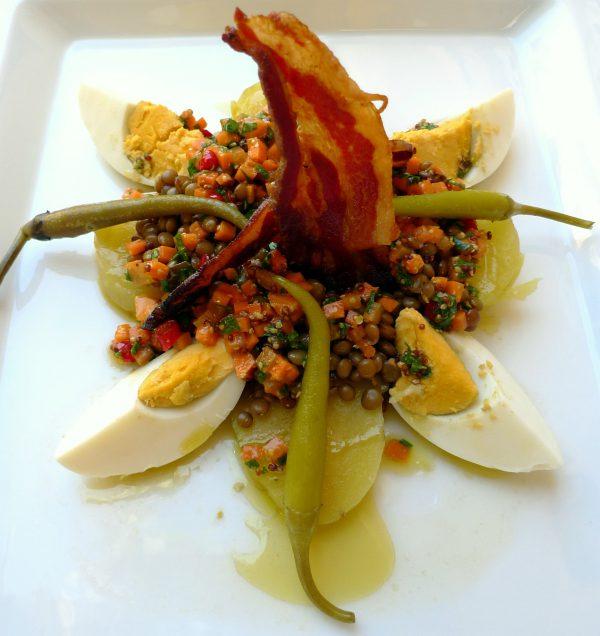 Ensalada de lentejas con verduras y tocineta
