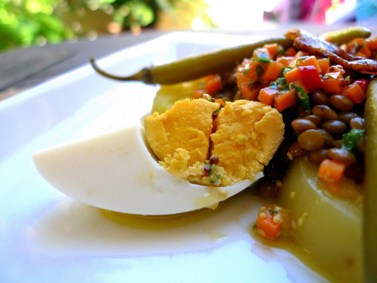 Ensalada de lentejas con huevo y tocineta 6