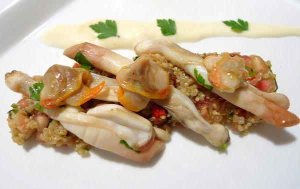 Ensalada de quinoa con granada, navajas y berberechos