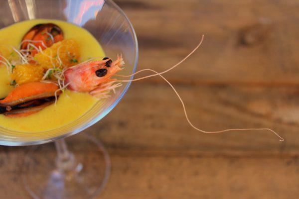 Gazpacho de mandarina con mejillones y langostinos
