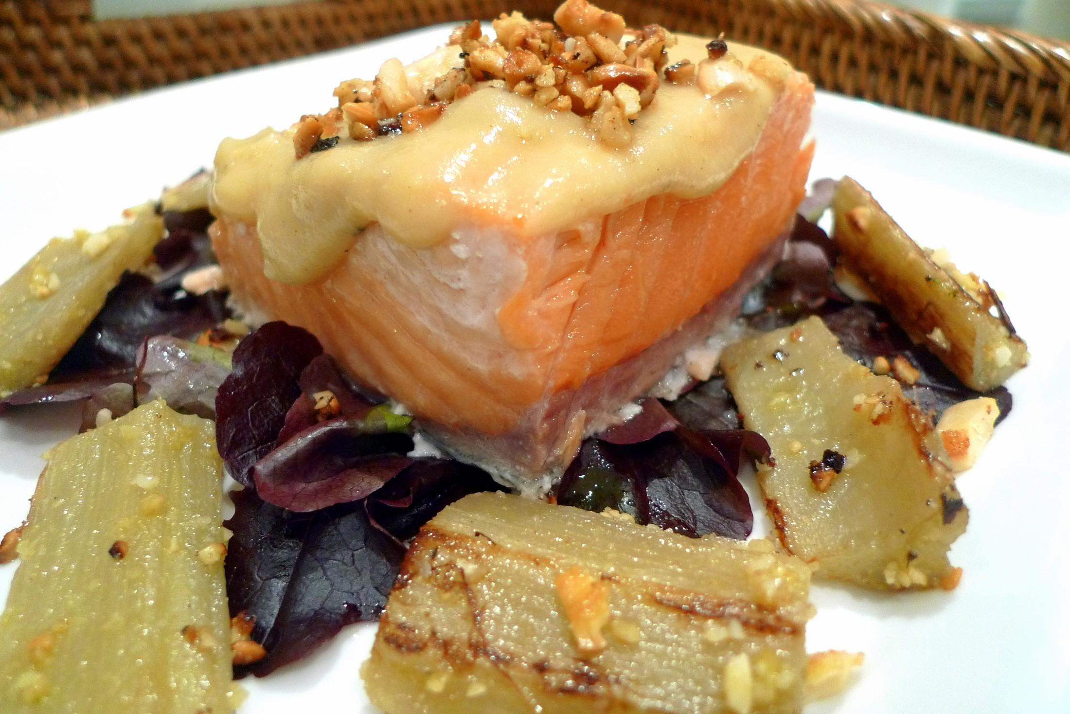 Salmón al horno con cardo y crema de manzana