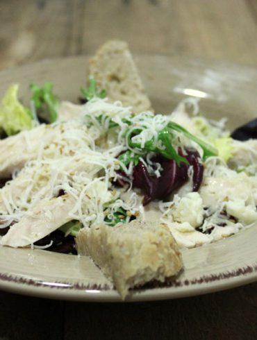 Ensalada de pollo y queso con pan de centeno 2