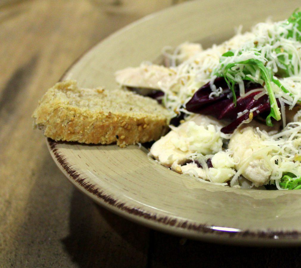 Ensalada de pollo y queso con pan de centeno 3