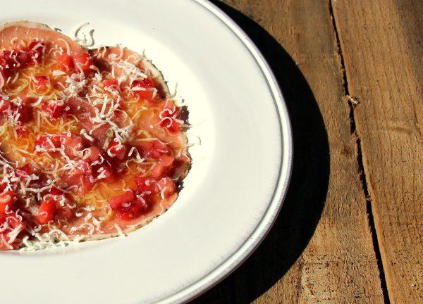 Carpaccio de lomo ibérico con vinagreta de fresas y queso