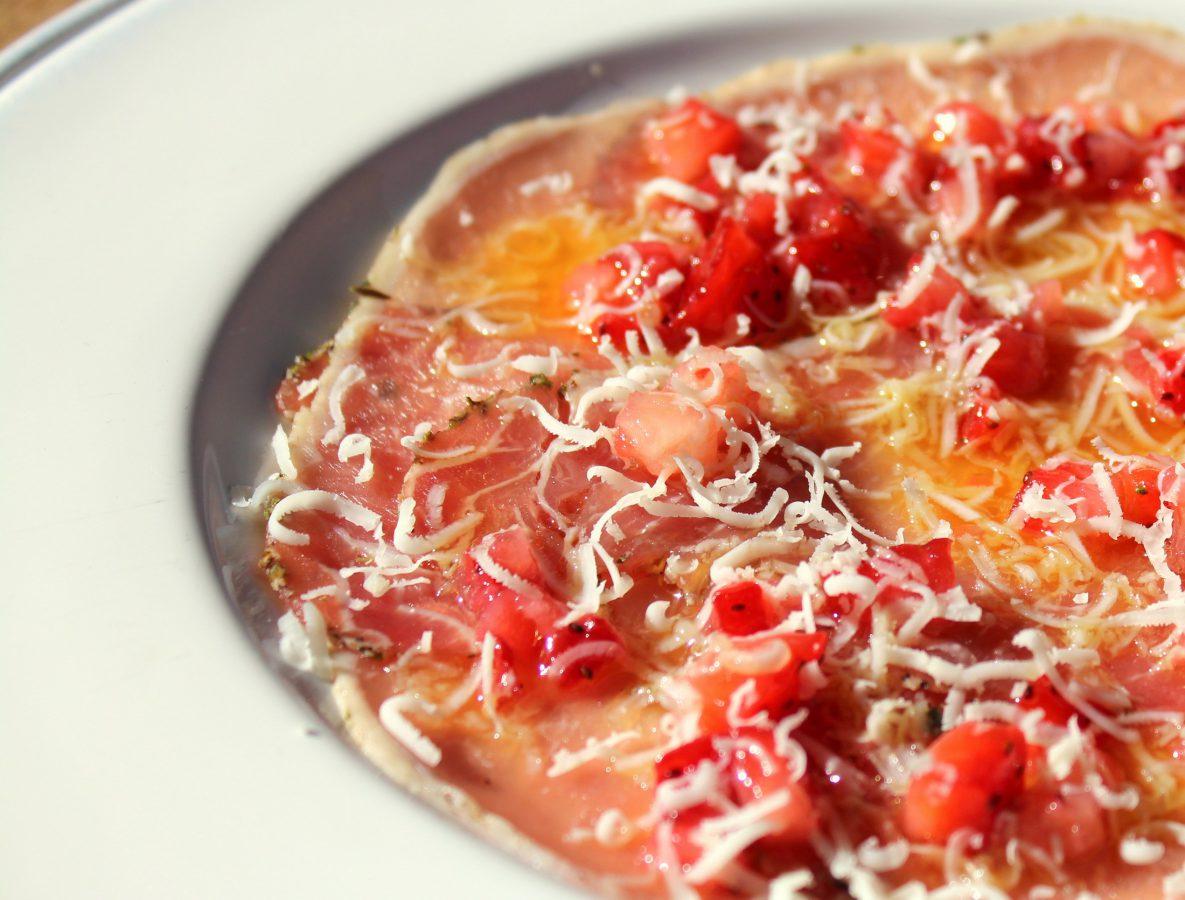 carpaccio de lomo ibérico con fresas y queso-2