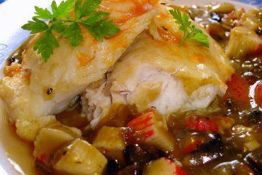 Merluza al horno con guarnición de surimi y champiñón