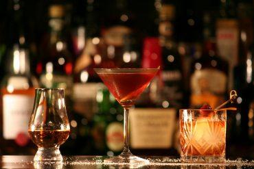 Santa Lucía ron , copa de cóctel con Manhattan y vaso bajo con tequila