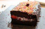 Tarta de chocolate y fresa con yogur griego