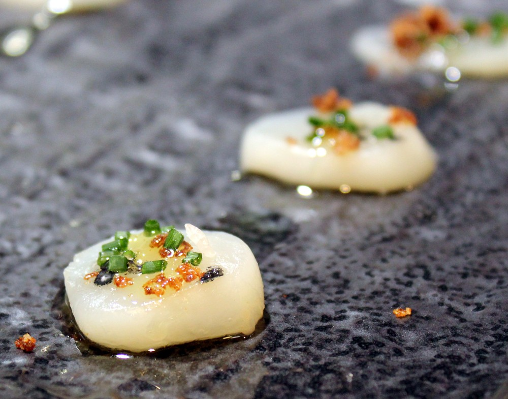 Carpaccio de Vieira con sal de chorizo, cilantro y sal negra - Kobuki- #Gourmet Experience