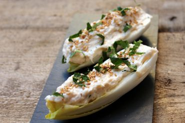Endivias rellenas de queso fresco y salmón