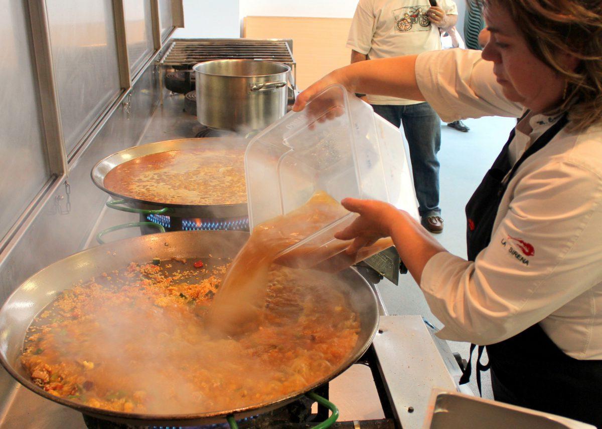 Mari Carmen Vélez preparando un arroz alicantino de verduras
