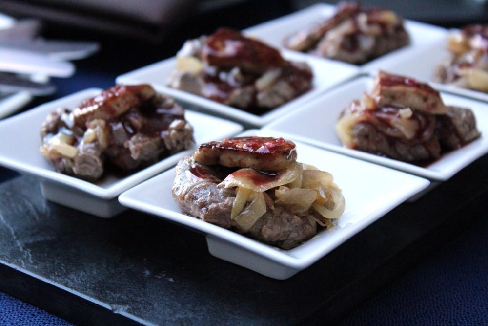 Solomillo con cebolla y foie y salsa de cereza