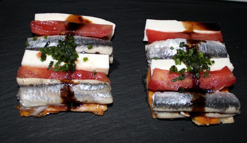 Coca de boquerón, queso fresco y tomate - Restaurante Palé