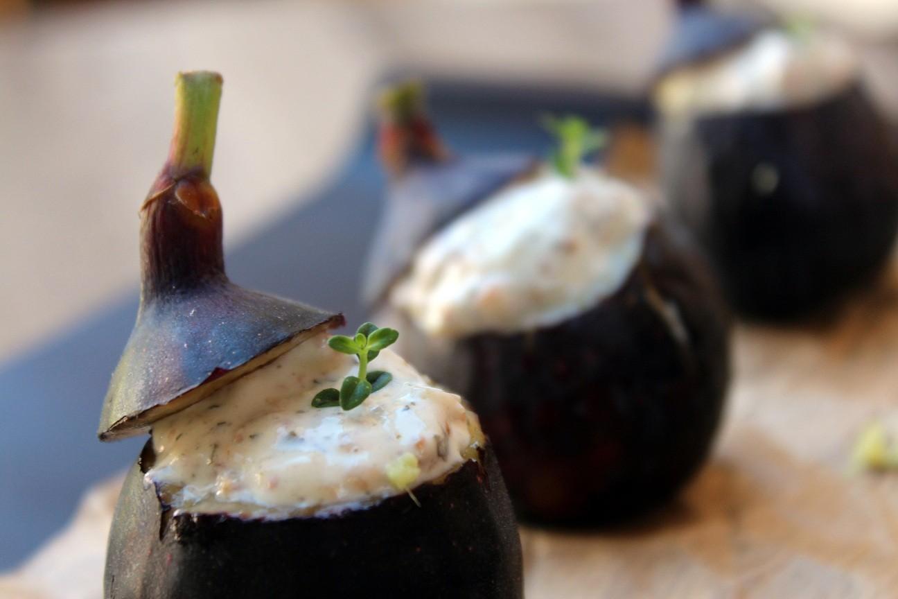 Brevas rellenas de crema de queso con algas