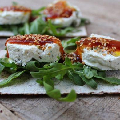 Tosta de queso con aceitunas y mermelada de tomate-2