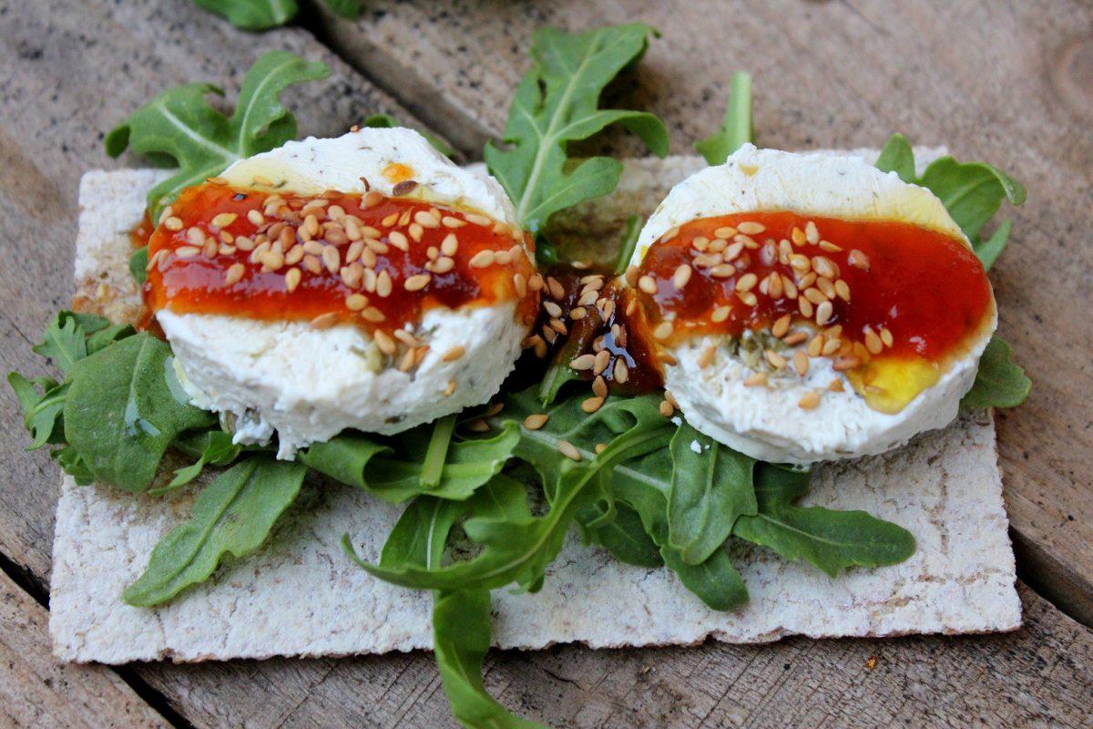 Tosta de queso con aceitunas y mermelada de tomate-5