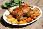 Pollo asado al horno con verduras y patatas al horno